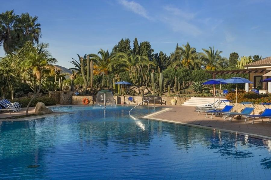 la-piscina-dell'hotel-a-Pula-Sardegna.jpg